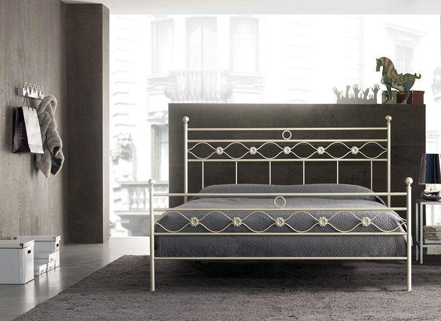 Modello di letto matrimoniale in ferro battuto di design n.09