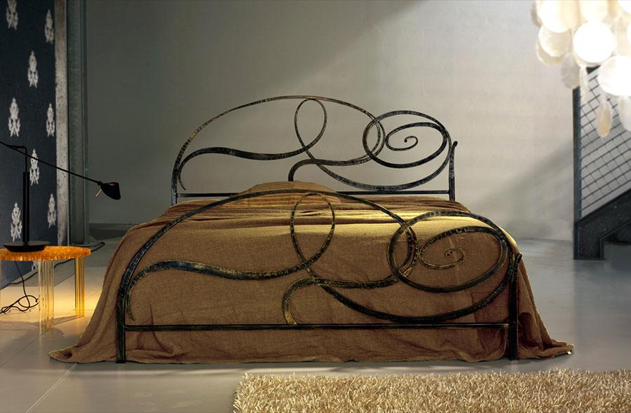 Modello di letto matrimoniale in ferro battuto di design n.13