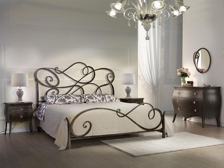 Modello di letto matrimoniale in ferro battuto di design n.14