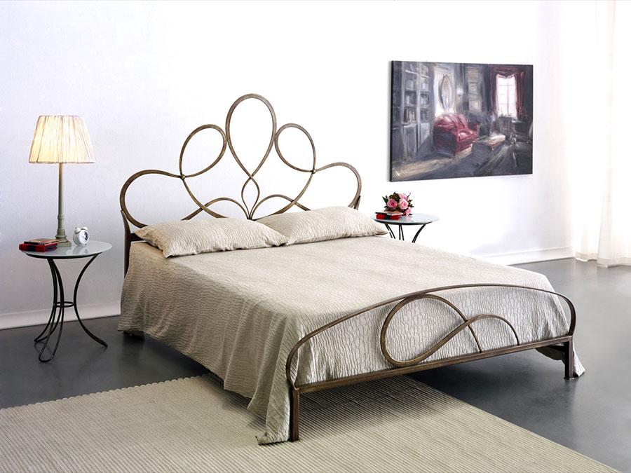 Modello di letto matrimoniale in ferro battuto di design n.15