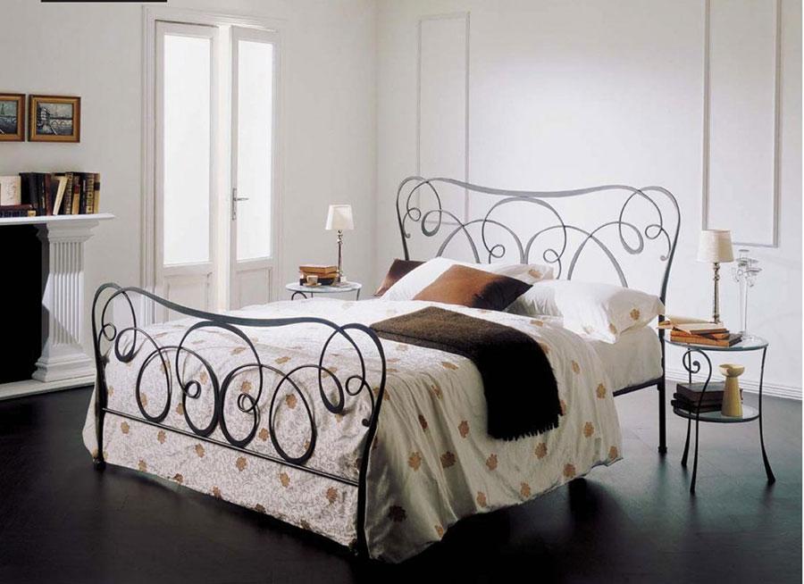 Modello di letto matrimoniale in ferro battuto di design n.16