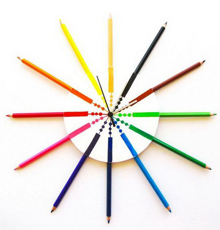 Orologio fai da te con matite colorate