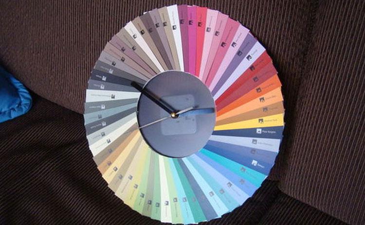 Orologio fai da te con mazzetta di colori