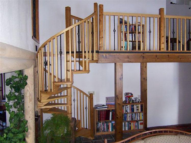 Modello di scala a chiocciola con struttura in legno n.17