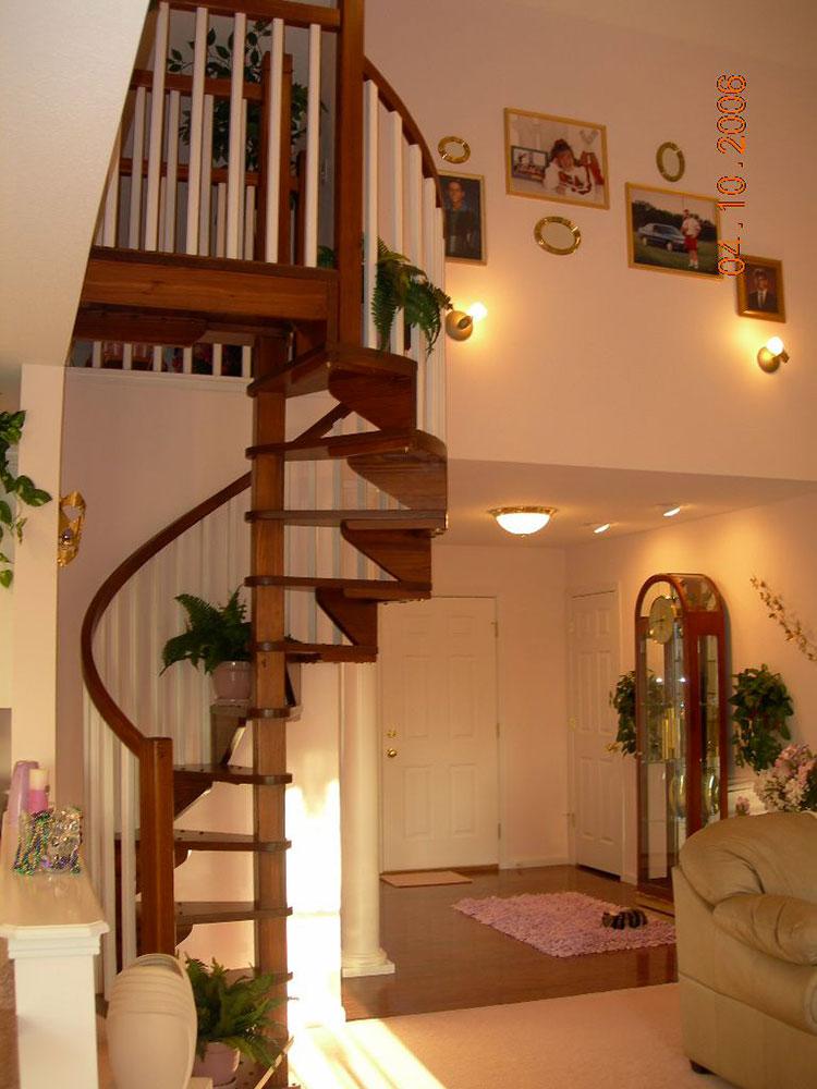 Modello di scala a chiocciola con struttura in legno n.18