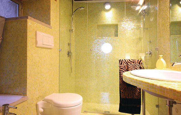 Idea per arredare un bagno giallo n.14