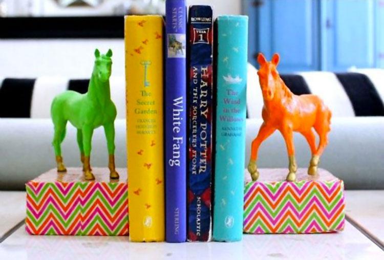 Fermalibri con cavalli colorati