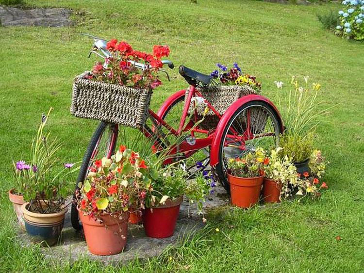 Idee per decorare il giardino con vecchie biciclette n.01