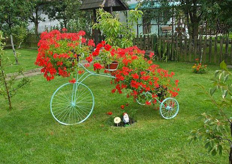 Idee per decorare il giardino con vecchie biciclette n.02