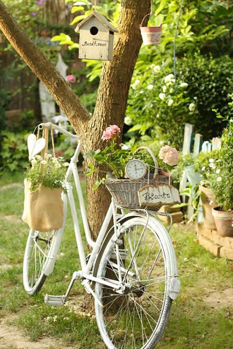 Idee per decorare il giardino con vecchie biciclette n.03