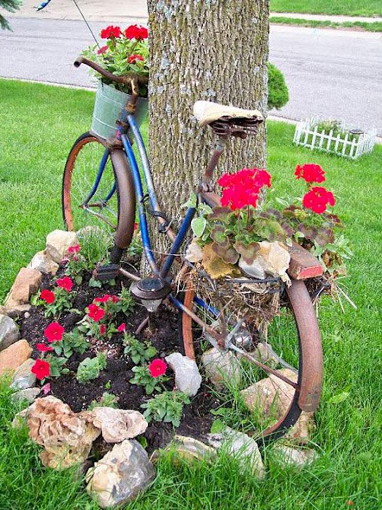 Idee per decorare il giardino con vecchie biciclette n.04