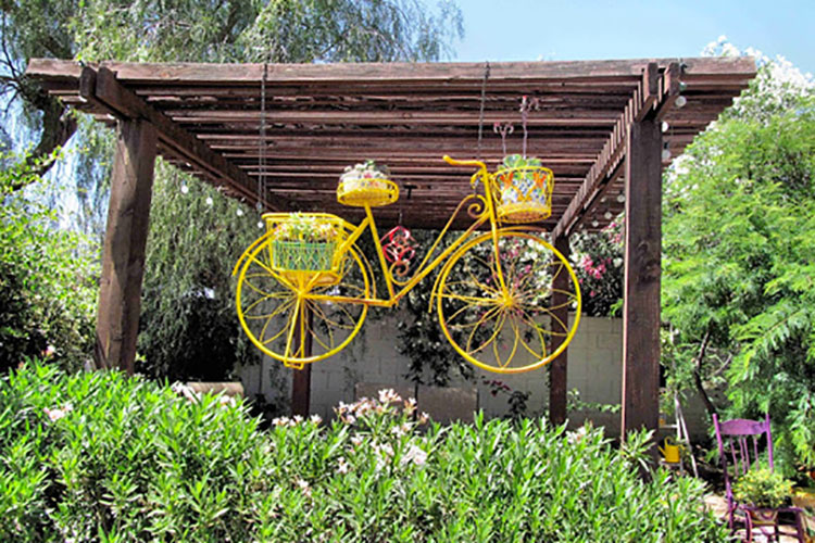Idee per decorare il giardino con vecchie biciclette n.05