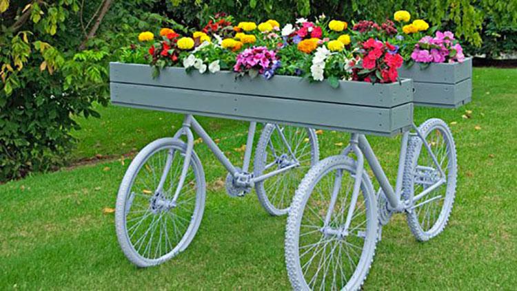 Idee per decorare il giardino con vecchie biciclette n.06