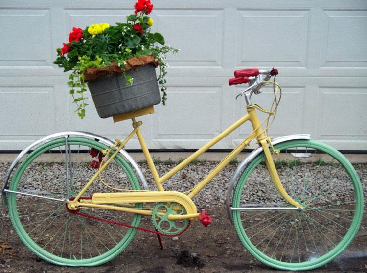 Idee per decorare il giardino con vecchie biciclette n.07