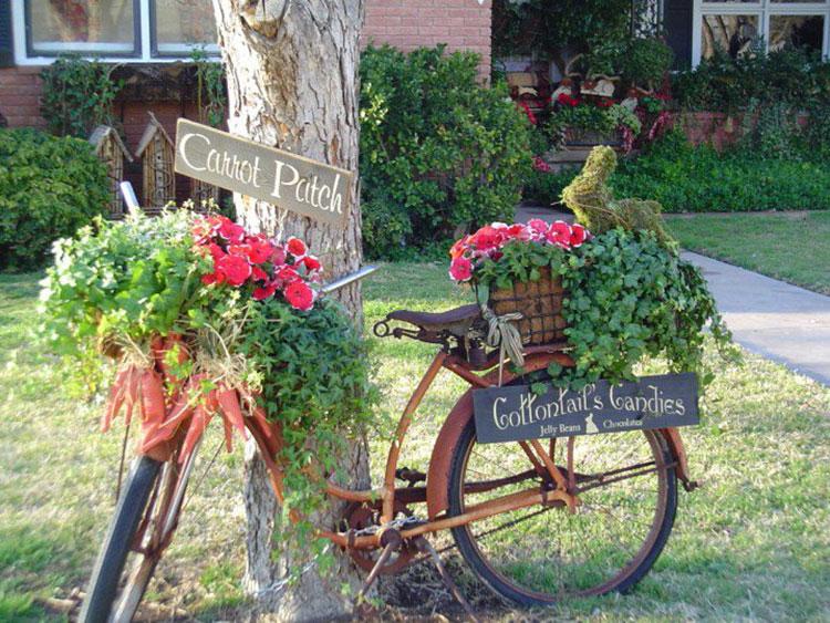 Idee per decorare il giardino con vecchie biciclette n.08