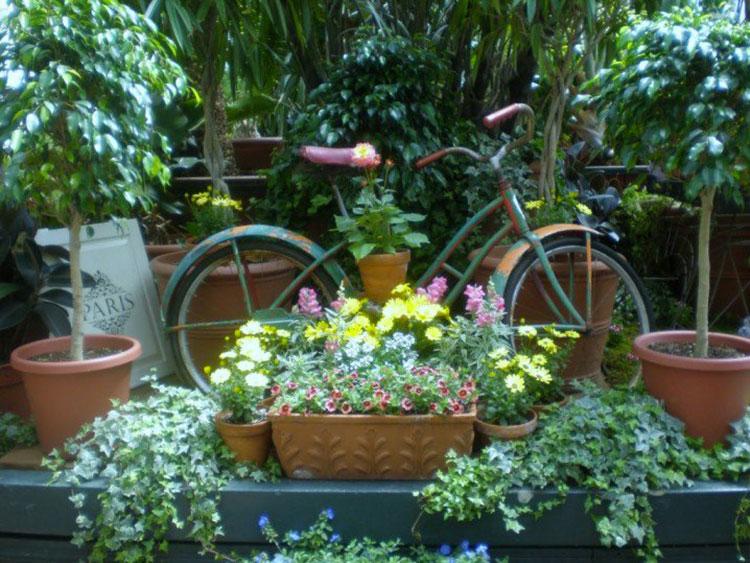 Idee per decorare il giardino con vecchie biciclette n.09
