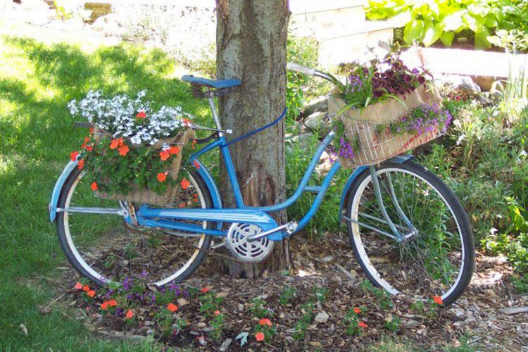 Idee per decorare il giardino con vecchie biciclette n.10
