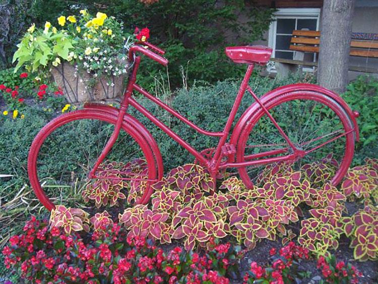 Idee per decorare il giardino con vecchie biciclette n.11