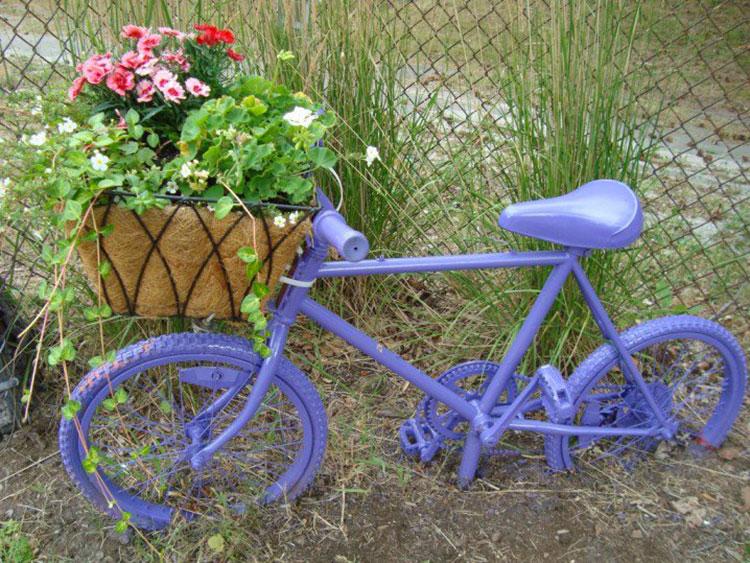 Idee per decorare il giardino con vecchie biciclette n.12