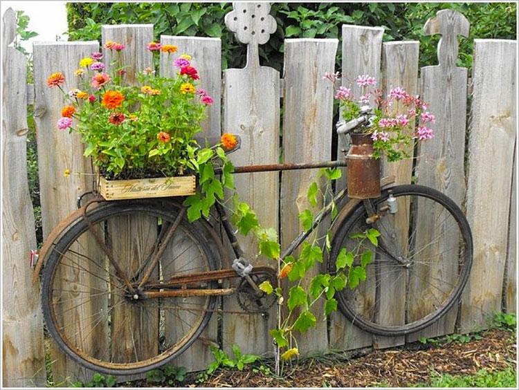 Idee per decorare il giardino con vecchie biciclette n.13