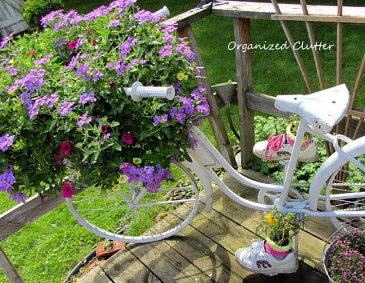 Idee per decorare il giardino con vecchie biciclette n.14