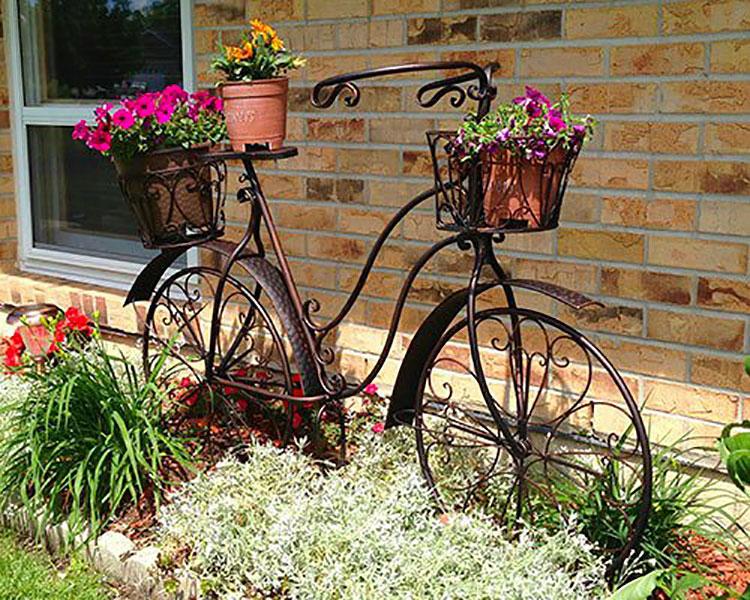Idee per decorare il giardino con vecchie biciclette n.15
