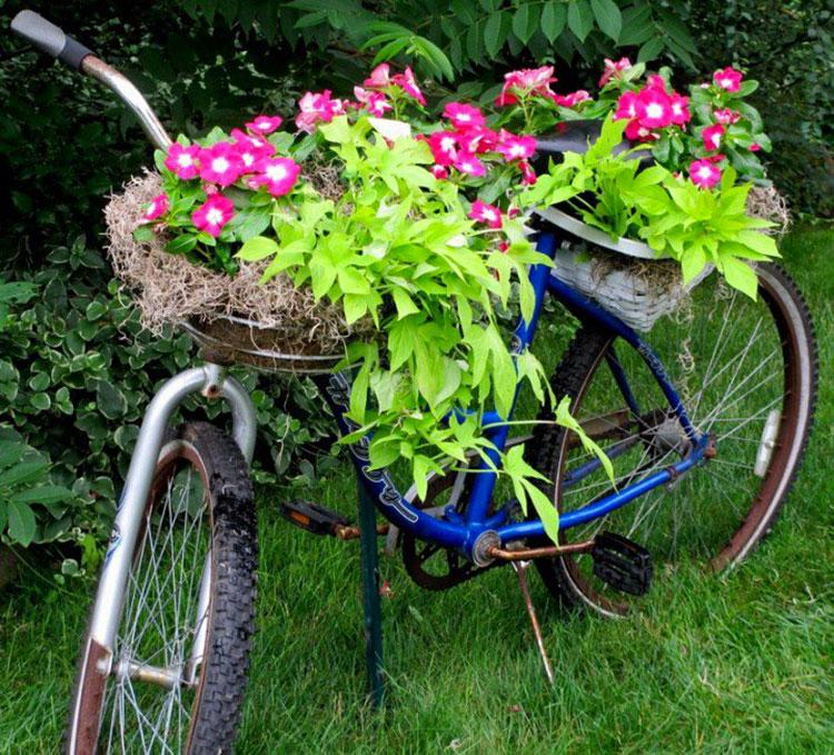 Idee per decorare il giardino con vecchie biciclette n.16