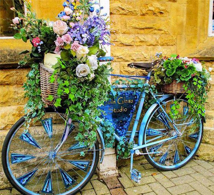 Idee per decorare il giardino con vecchie biciclette n.17