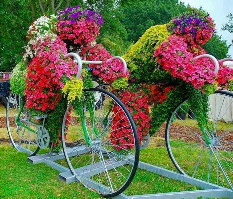 Idee per decorare il giardino con vecchie biciclette n.18