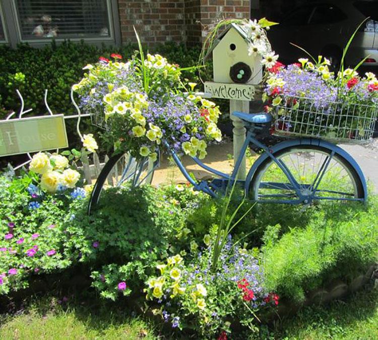 Idee per decorare il giardino con vecchie biciclette n.19