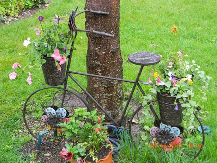 Idee per decorare il giardino con vecchie biciclette n.20