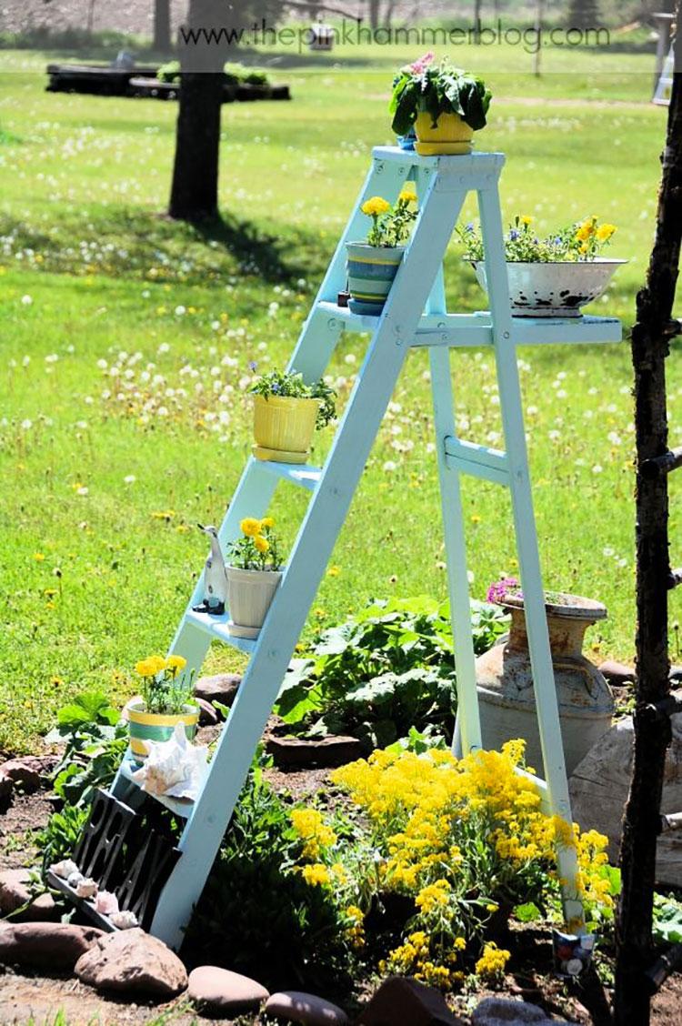 Supporti per piante creati con vecchie scale di recupero n.03