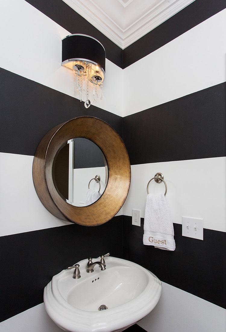 Idee di arredo per un bagno bianco e nero n.09