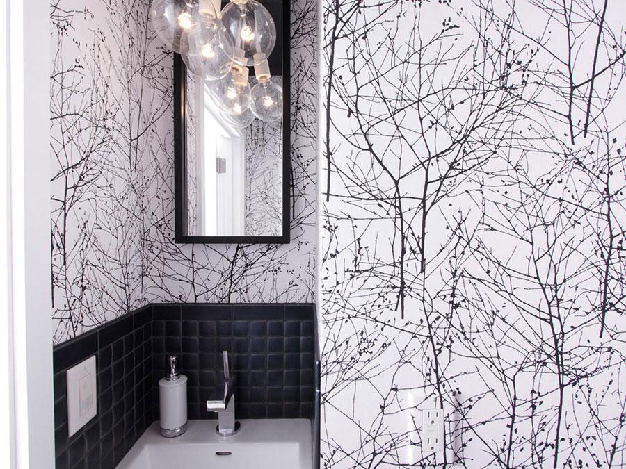 Idee di arredo per un bagno bianco e nero n.10