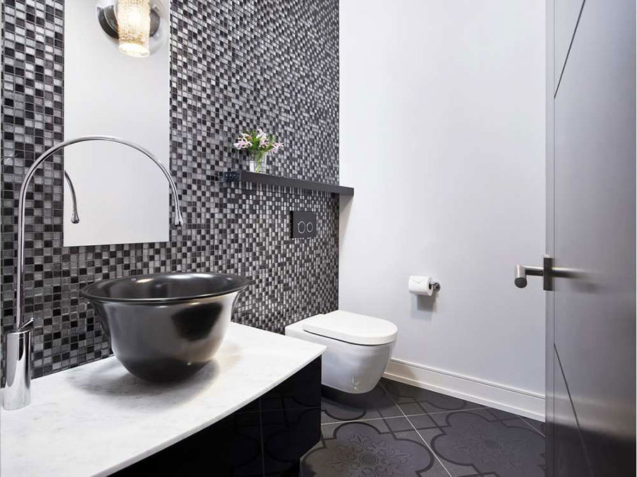 Idee di arredo per un bagno bianco e nero n.12