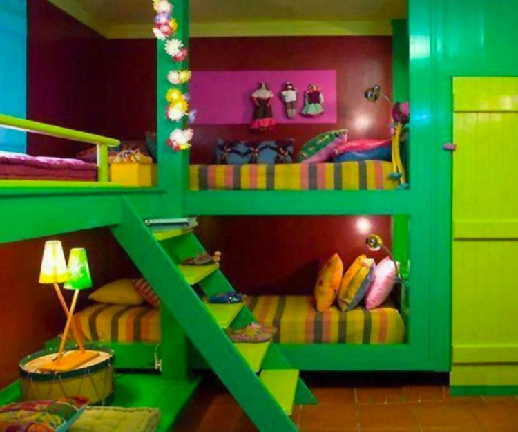 Idee di arredo per camerette dei bambini con tre letti n.15