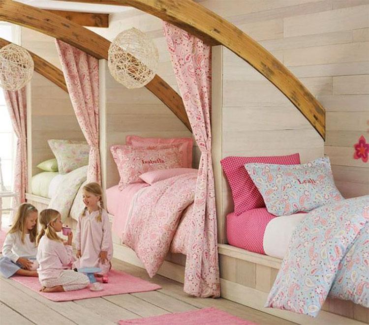 Idee di arredo per camerette dei bambini con tre letti n.17