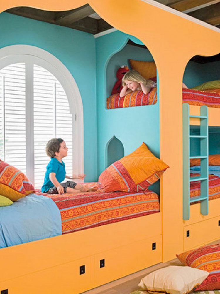 Idee di arredo per camerette dei bambini con tre letti n.22