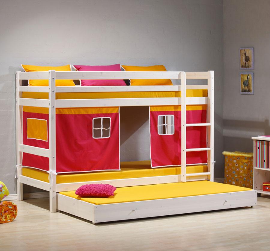 Idee di arredo per camerette dei bambini con tre letti n.24