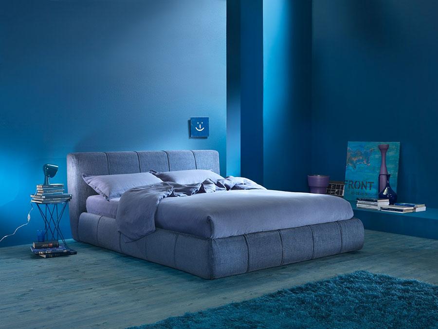 Camera da letto con pareti blu n.5