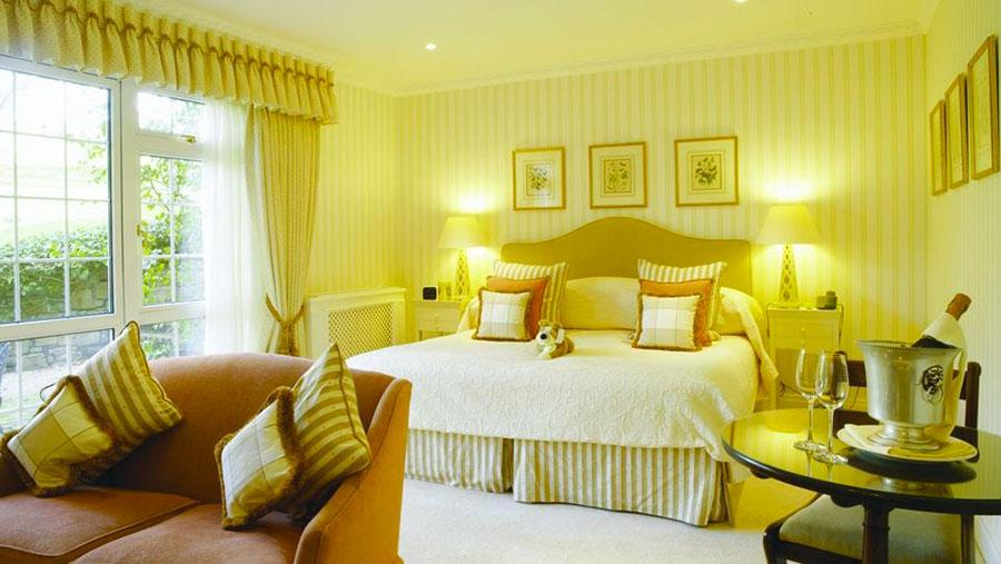 Camera da letto con pareti gialle n.3