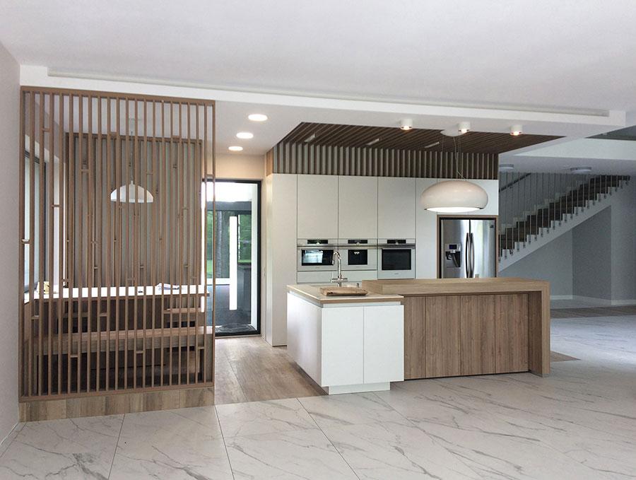 Modello di cucina bianca e legno moderna n.39