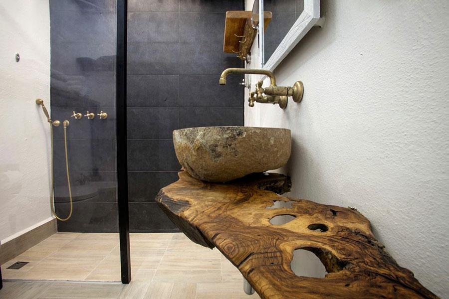 Idee per arredare un bagno con lavabo in pietra n.02