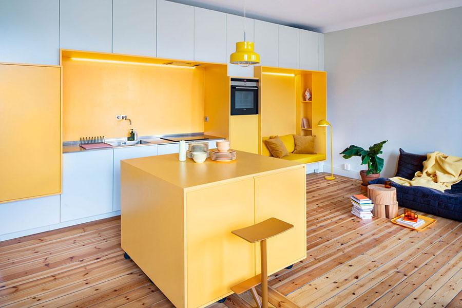 Modello di cucina gialla e bianca n.01