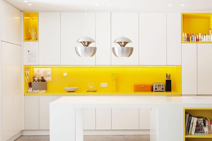 Modello di cucina gialla e bianca n.02
