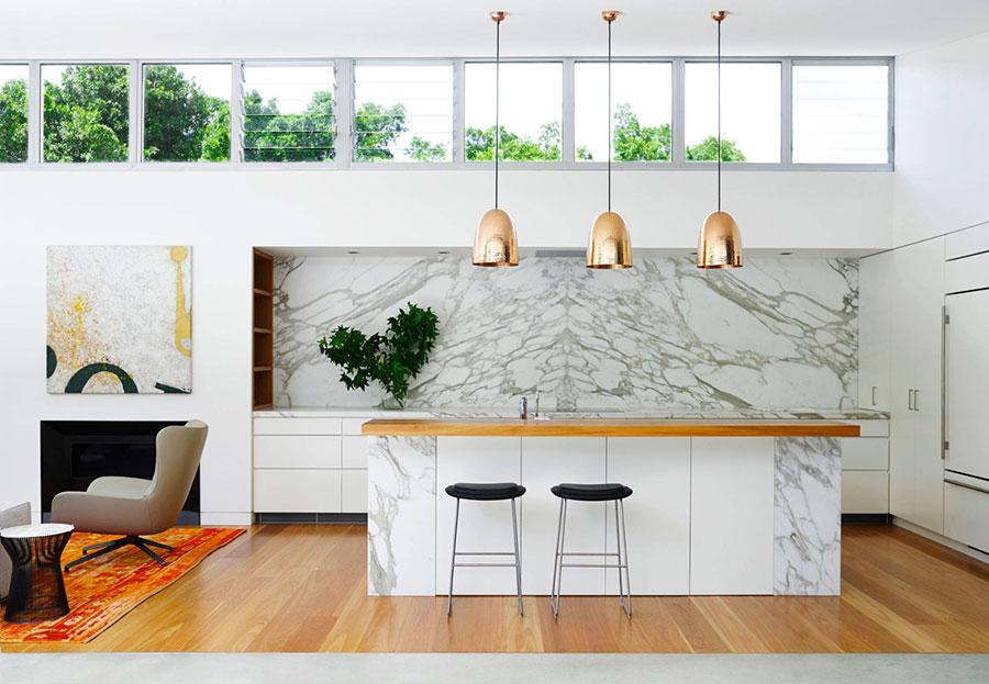 Modello di cucina con top, piani e rivestimenti in marmo n.01