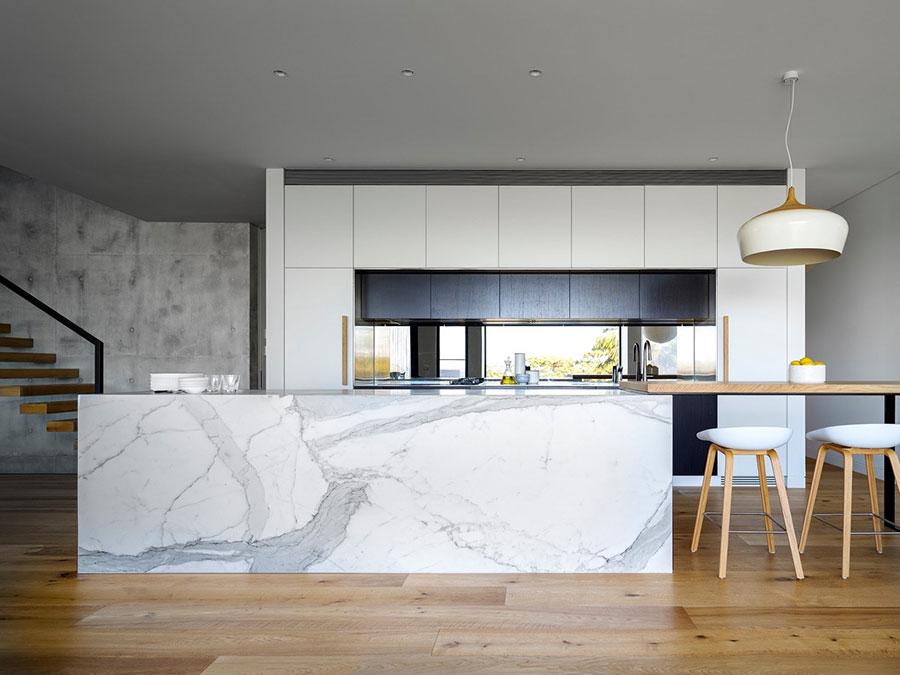 Modello di cucina con top, piani e rivestimenti in marmo n.08