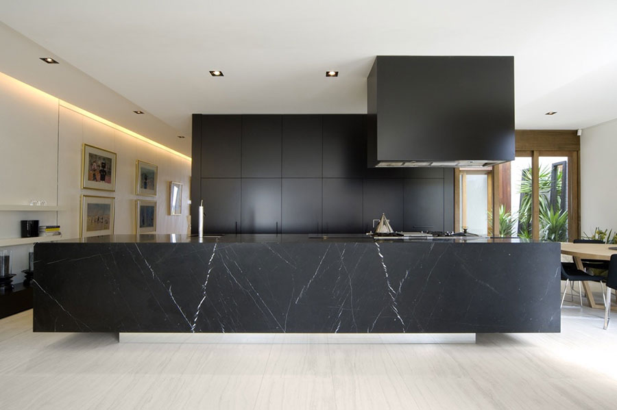 Modello di cucina con top, piani e rivestimenti in marmo n.11