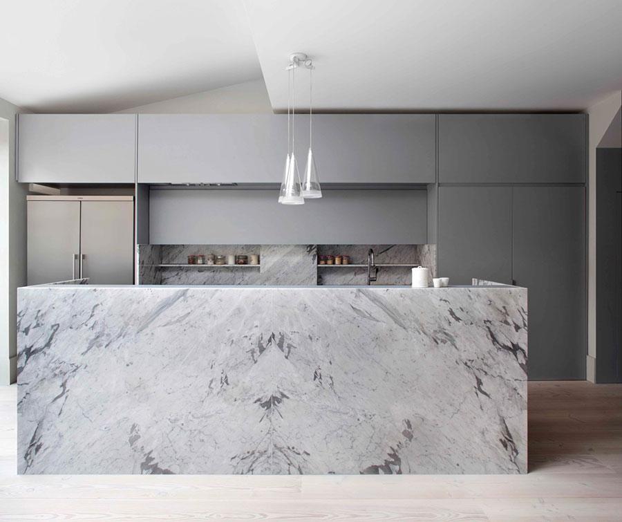 Modello di cucina con top, piani e rivestimenti in marmo n.17