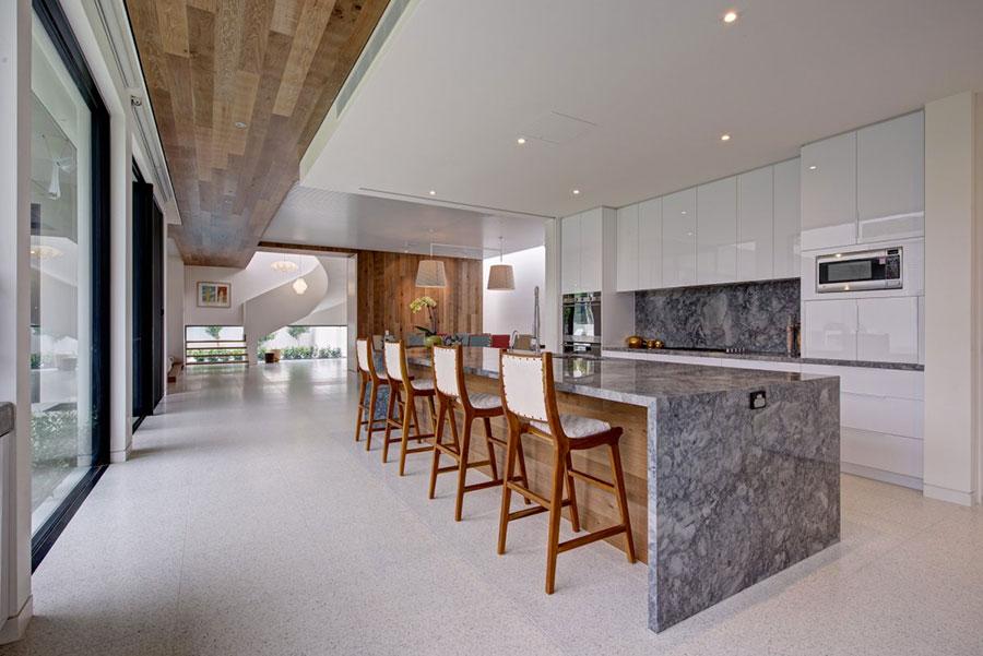 Modello di cucina con top, piani e rivestimenti in marmo n.18